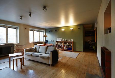 Трехкомнатная квартира-студия в центре (5 минут до Старого города) стоит €170 000.