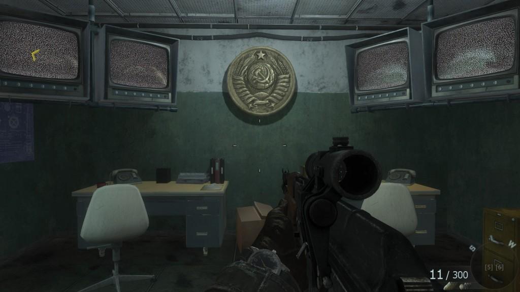 Самая главная загадка игры: зачем эти странные коммунисты подвесили огромную пятнадцатикопеечную монету в кабинете охраны?
