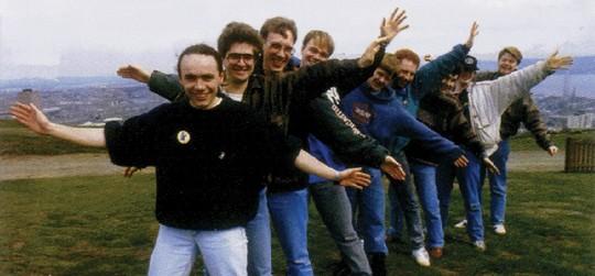 Команда, сотворившая оригинальных «Леммингов», в почти полном составе: мама Джонстонов на фотографии отсутствует.