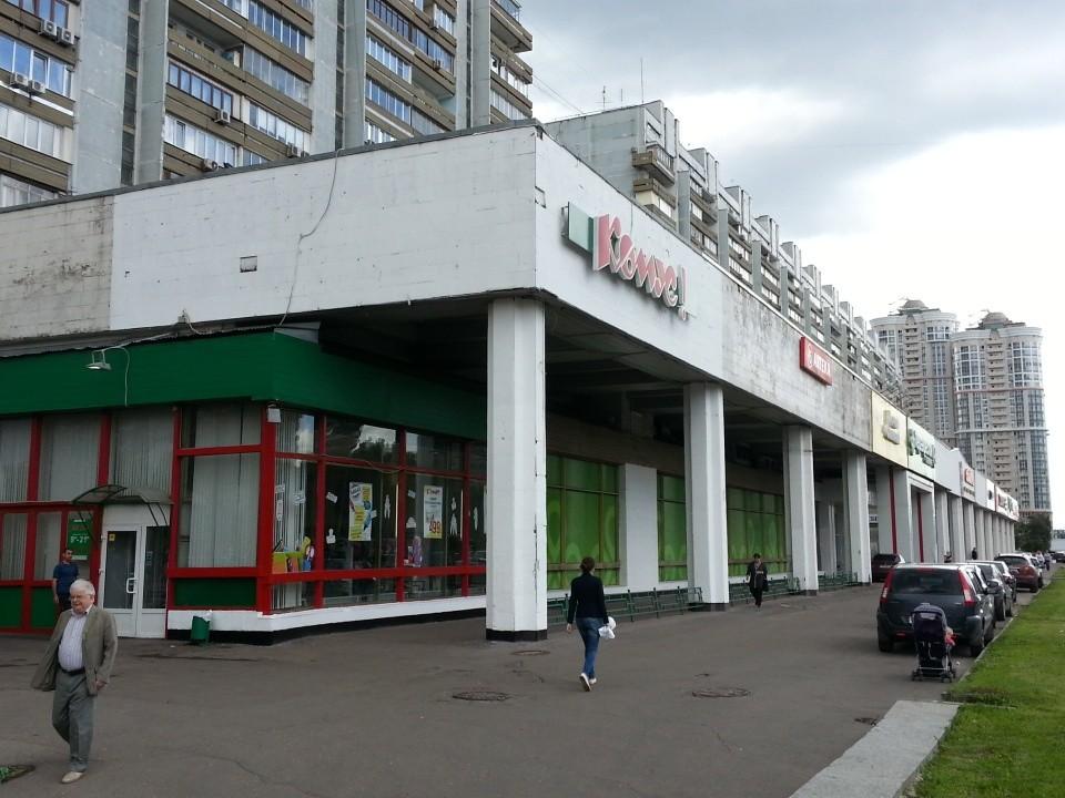 """В 90-х здесь было место силы - комплекс магазинов """"Электроника новая. Конкретно в этом углу был третий магазин """"Dendy""""."""