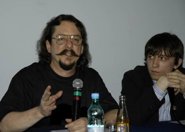 Толя Норенко (справа) привез Ричарда Грея (слева) по всем правилам русского гостеприимства: сводил его в баню, напоил водкой и снял ему проститутку Катю.
