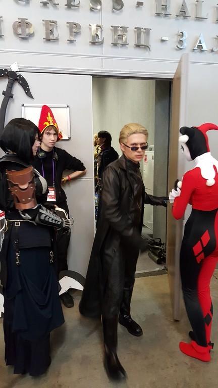 В эту дверь входили обычные люди, а выходили супергерои, монстры и злодеи.