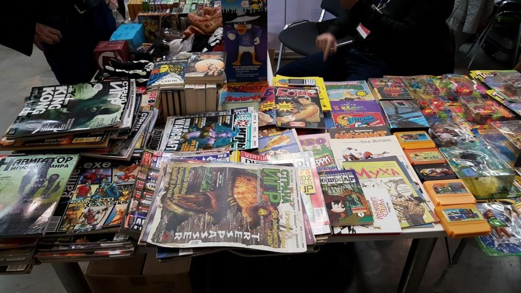 На парочке ретро-стендов продавали журналы, картриджи, пластиковые фигурки - все то, что по идее должно трогать наши переживания.