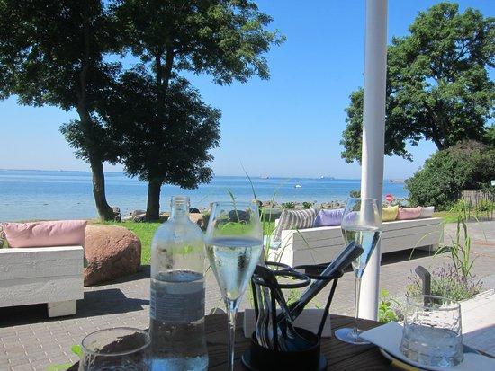 В этот элитный ресторан на берегу моря нужно заказывать столик за неделю, а то и две.